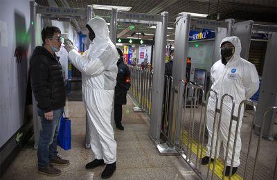 Οι υγειονομικές αρχές στο Πεκίνο καλούν τους πολίτες να αποφεύγουν τις χειραψίες, σε μήνυμα που εστάλη σε χρήστες κινητών τηλεφώνων.