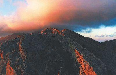 Το σύννεφο στο βουνό «Θα 'θελα/ λέει/ ν' αφήσω στον καθένα σας αυτό το βλέμμα του ήρεμου θαυμασμού μπροστά στο λιόγερμα»