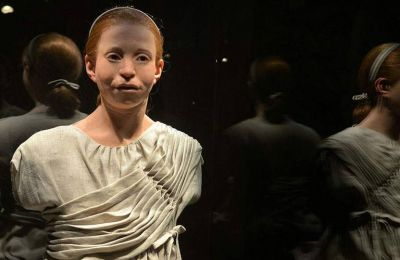 Η μορφή της έφηβης Αθηναίας κλέβει την παράσταση.