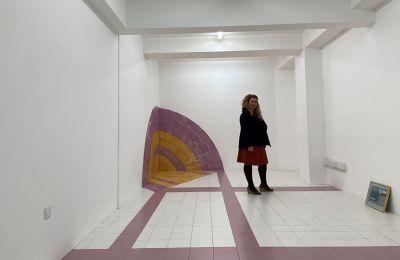 «Διάφοροι χώροι ξανά επιστρέφουν για να προτείνουν μια άλλη χωρητικότητα, μια άλλη είδους εικόνα που θα δημιουργηθεί στην γκαλερί» λέει η εικαστικός Βίκυ Περικλέους