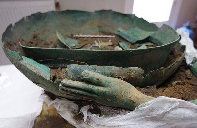 Μοναδικό δείγμα της αρχαίας χαλκοτεχνίας σε μέγεθος (διαμέτρου 55 εκ.) και διακόσμηση, σε σχέση με αντίστοιχα της Σίνδου και της Βεργίνας