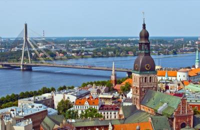 Στη δυτική όχθη του ποταμού Daugava θα δείτε μια ενδιαφέρουσα μείξη κτιρίων από διαφορετικές περιόδους.