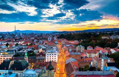 Πανοραμική άποψη της πόλης του Ζάγκρεμπ το δειλινό. (Φωτογραφία: AFP/VISUALHELLAS.GR)