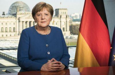 Η Γερμανίδα καγκελάριος, η οποία δεν φορούσε γάντια, απαθανατίστηκε με το καρότσι με τα ψώνια της που περιλάμβανε, εκτός των άλλων, τρία μπουκάλια κρασί, σαπούνι και χαρτί υγείας