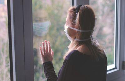 Στην περίπτωση που το άτομο εμφανίσει συμπτώματα αναπνευστικής λοίμωξης, καλεί άμεσα τον ιατρό του ή το 1420 για οδηγίες.