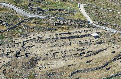 Στη θέση Διακόφτης αποκαλύφθηκαν τα κατάλοιπα του πρώτου Πρωτοκυκλαδικού ΙΙ (2.800-2.300 π.Χ.) οικισμού που εντοπίζεται στη Μύκονο