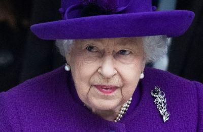 Η τελευταία φορά που η βασίλισσα προέβη σε αυτή την πράξη ήταν το 2002 όταν πέθανε η βασιλομήτωρ και η προτελευταία το 1997 όταν σκοτώθηκε σε τροχαίο η πριγκίπισσα Dianna