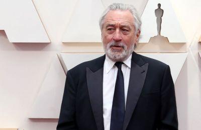 Ο ηθοποιός ολοκληρώνει το σύντομο βίντεο με μία φράση που έλεγε ο Τζακ Μπερνς που ενσάρκωσε στην ταινία «Meet the Parents» το 2000: «Σε παρακολουθώ»