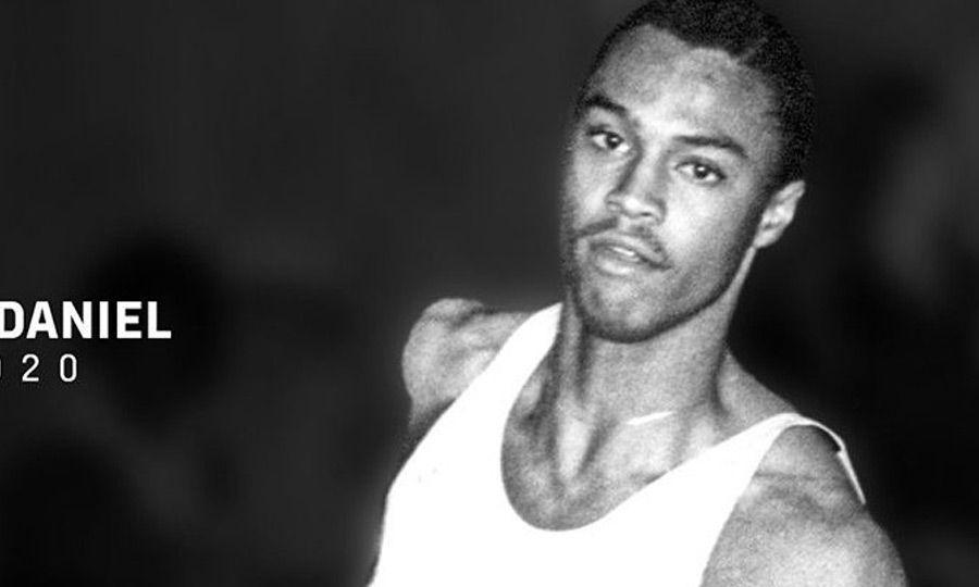 Στην αθλητική του καριέρα ήταν ξεκάθαρα ένας δρομέας των υψηλών εμποδίων και φοίτησε στο κολλέγιο της Λουιζιάνα.