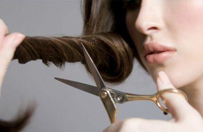 Όλες οι γυναίκες θέλουμε να έχουμε περιποιημένα μαλλιά και γι'αυτό και οι συνεχόμενες επισκέψεις στο κομμωτήριο. Τι κάνουμε όμως τώρα που μείναμε σπίτι και το μαλλί μας θέλει κούρεμα