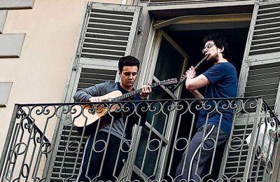 Οι Ιταλοί απέναντι στην καραντίνα απάντησαν με μουσική στα μπαλκόνια
