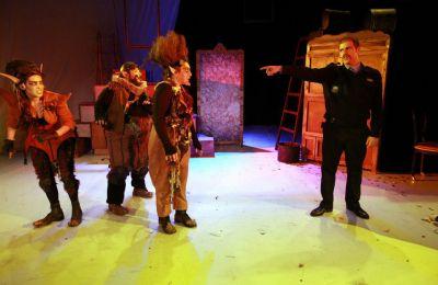 Οι αξιαγάπητοι Καλικάντζαροι με τις απρόβλεπτες και διασκεδαστικές του περιπέτειες γοήτευσαν το κοινό της Σκηνής 018 τη θεατρική περίοδο 2012-2013