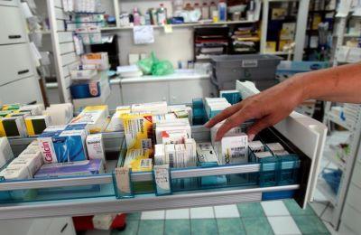 Το φάρμακο αζιθρομυκίνη είναι ένα αντιβιοτικό της κατηγορίας των μακρολιδίων, το οποίο χορηγείται για τη θεραπεία λοιμώξεων του αναπνευστικού συστήματος