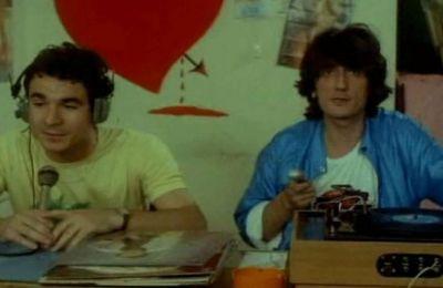 Το Wiz σας προτείνει 6 αγαπημένες cult ταινίες 80s για να περάσετε ευχάριστα τα βράδια σας καθώς και 10 σουβλατζίδικα που έρχονται σπίτι σας.