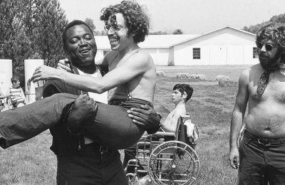 Στο «Crip Camp: Καλοκαίρι για όλους» παρακολουθούμε όσα συμβαίνουν στην κατασκήνωση για αναπήρους «Τζένετ»