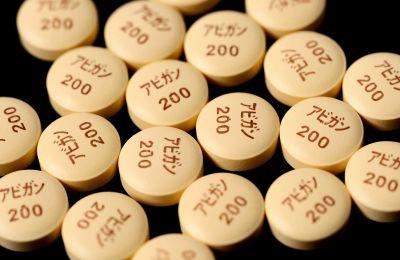 Είναι ένα φάρμακο που παράγεται από την ιαπωνική φαρμακευτική Fujifilm Toyama Chemical