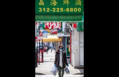 Γυναίκα κινεζικής καταγωγής μεταφέρει τα ψώνια της, στην Τσάιναταουν του Σικάγου.
