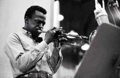 Το μουσικό ντοκιμαντέρ «Miles Davis: Birth of Cool» είναι αφιερωμένο στο σύνολο της μυθικής καριέρας αλλά και της προσωπικής ζωής του Αμερικανού τρομπετίστα και συνθέτη