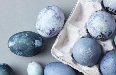Κατά τη διάρκεια της διαδικασίας της βαφής των αυγών φορέστε αδιάβροχα γάντια για να προστατέψετε τα χέρια σας από το food coloring