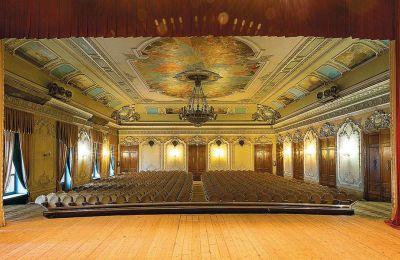 Εχουν ακυρωθεί χιλιάδες παραστάσεις, ενώ ακόμη και το Φεστιβάλ του Μπαϊρόιτ, μία από τις πιο σημαντικές διοργανώσεις μεταφέρθηκε στο 2021