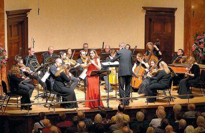 Η Κιάρα Σκέραθ με τους Mozartists υπό τον Iαν Πέιτζ σε πρόσφατη εμφάνισή τους στο λονδρέζικο Ουίγκμορ Χολ
