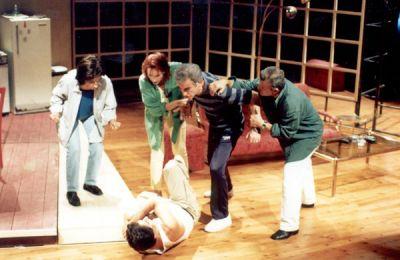 Το έργο ανέβηκε το 2000 σε πρώτη παρουσίαση στη σκηνή του ΘΟΚ, σε σκηνοθεσία Στέφανου Κοτσίκου, με μια εκλεκτή ομάδα καλλιτεχνών