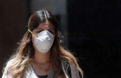 Οι ερευνητές εκτιμούν ότι συνήθως ο ιός πρώτα δημιουργεί «προγεφύρωμα» στη μύτη και μετά κατεβαίνει πιο χαμηλά στην αναπνευστική οδό.