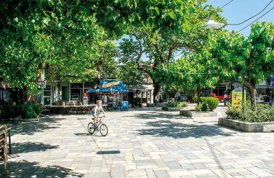 Η πλατεία του χωριού χωρίς τα τραπεζοκαθίσματα έγινε ποδηλατική πίστα. (ΦΩΤΟΓΡΑΦΙΑ: ΚΩΣΤΑΣ ΠΕΤΡΟΥ)