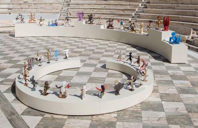 Με μια «γλυπτική παράσταση» ανοίγει φέτος για πρώτη φορά το Ηρώδειο, φιλοξενώντας τα έργα του Διο-νύση Καβαλλιεράτου. Η έκθεση, σύμπραξη του Φεστιβάλ Αθηνών και Επιδαύρου και του οργανισμού ΝΕΟΝ
