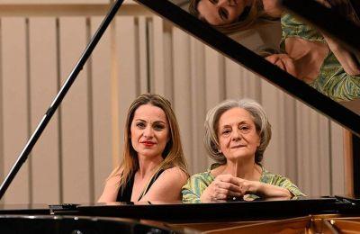 Η Μυρσίνη Μαργαρίτη και η Εφη Αγραφιώτη βρίσκουν κάθε φορά το κατάλληλο ύφος για κάθε μουσική μικρογραφία. ΜΑΝΟΣ ΜΑΝΙΟΣ