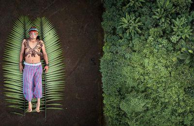 Εικόνα του Πάμπλο Αλμπαρένγκα με έναν αυτόχθονα της Λατινικής Αμερικής στη γη των προγόνων του