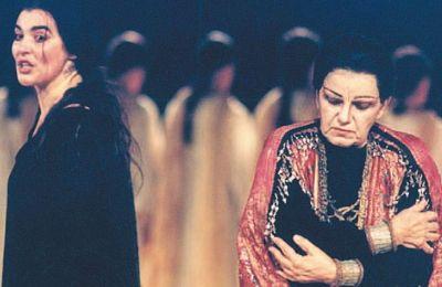 Σκηνή από την παράσταση της «Ηλέκτρας» του Σοφοκλή (Εθνικό Θέατρο, 1996), σε σκηνοθεσία Λυδίας Κονιόρδου. Δεξιά, η Ασπασία Παπαθανασίου στον ρόλο της Κλυταιμνήστρας, αριστερά, η Λυδία Κονιόρδου