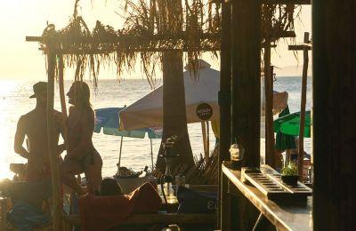 Το Μαύρο Λιθάρι, μια παραλία με άμμο και ψιλό βοτσαλάκι, έχει δύο beach bars που προσελκύουν κυρίως νεολαία. (Φωτογραφία: ΠΕΡΙΚΛΗΣ ΜΕΡΑΚΟΣ)