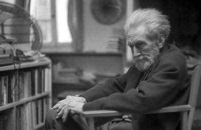 Για τον Eζρα Πάουντ (φωτ.), κάθε καλλιτέχνης που προδίδει την τέχνη του, που αναδιπλώνεται μπροστά στις απαιτήσεις της εποχής του, είναι ένας Μώμπερλυ
