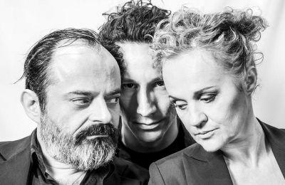 Ο Κωνσταντίνος Αβαρικιώτης, ο Μιχάλης Σαράντης και η Μαρία Κεχαγιόγλου είναι οι τρεις αφηγητές που ανασύρουν επί σκηνής την ιστορία του Οιδίποδα