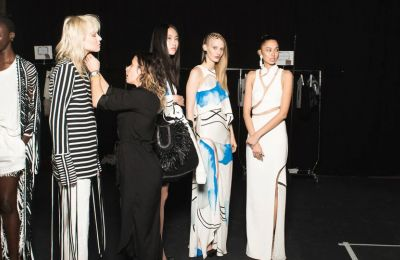 H οργάνωση Fédération de la Haute Couture et de la Mode επιβεβαίωσε ότι ορισμένες φυσικές παραστάσεις πρόκειται να πραγματοποιηθούν, τουλάχιστον στο Παρίσι, από τις 28 Σεπτεμβρίου έως τις 6 Οκτωβρίου