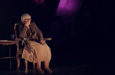 «Μια ζωή Γερμανική» του Christopher Hampton σε σκηνοθεσία Ανδρέα Αραούζου και με τη Δέσποινα Μπεμπεδέλη να επιστρέφει στην ενσάρκωση της Brunhilde Pomsel
