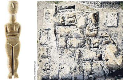 Μαρμάρινο κυκλαδικό ειδώλιο (ύψος 58 εκ.) από την Κέρο, Πρωτοκυκλαδική περίοδος (3.200-2.100 π.Χ.). Δεξιά, αεροφωτογραφία της ανασκαφής στη θέση Χάλασμα, Πάνω Κουφονήσι