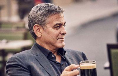 Όπως αναφέρουν δημοσιεύματα ο George Clooney και η Amal Alamuddin προσφέρουν 100 χιλιάδες δολάρια στο τις Lebanese Red Cross, Impact Lebanon και Baytna Baytak