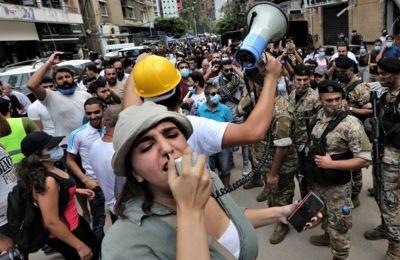 Οι διαδηλωτές φώναζαν «ο λαός θέλει να πέσει η κυβέρνηση», ενώ κρατούσαν πανό που έγραφαν «Φύγετε, είστε όλοι δολοφόνοι».