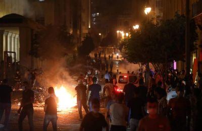 Την Πέμπτη ξέσπασαν οι πρώτες εκδηλώσεις διαμαρτυρίας πολιτών, τις οποίες ακολούθησαν συγκρούσεις με την αστυνομία έξω από το Κοινοβούλιο. Φωτ. REUTERS/Mohamed Azakir