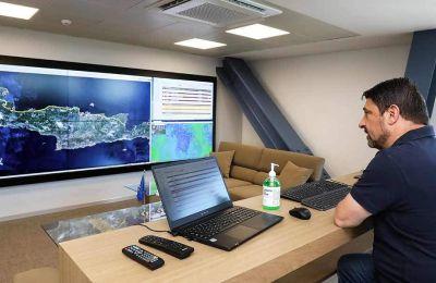 Από το νέο του γραφείο, ο υφ. Πολιτικής Προστασίας Νίκος Χαρδαλιάς συντονίζει τις επιχειρήσεις για την αντιμετώπιση των πυρκαγιών και τον έλεγχο της επιδημίας. Φωτ. ΝΙΚΟΣ ΚΟΚΚΑΛΙΑΣ
