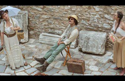 Στιγμιότυπο από την παράσταση «Σπουδαία ερείπια: Η Ελλάδα με τα μάτια των ξένων ταξιδιωτών (16ος-19ος αιώνας)», σε σκηνοθεσία Νατάσας Τριανταφύλλη