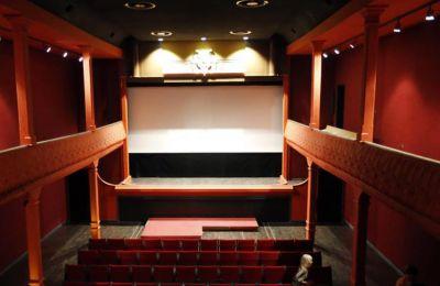 Τα σχέδια της μεγαλύτερης αλυσίδας κινηματογράφου στον κόσμο γίνονται την ώρα που τα στούντιο ασκούν πιέσεις προκειμένου να κάνουν τις ταινίες τους διαθέσιμες στα σπίτια