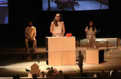 Tη δημιουργό του Δικτύου, σκηνοθέτιδα Μάρθα Μπουζιούρη, τη γνωρίσαμε στο Φεστιβάλ Αθηνών το 2018, από την παράσταση «Αμάρυνθος»