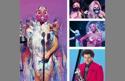 Αριστερά, η Lady Gaga φορώντας μία από τις πολλές μάσκες που άλλαξε στη διάρκεια της βραδιάς. Πάνω δεξιά, η Lady Gaga και η Αριάνα Γκράντε ερμηνεύουν το πολυβραβευμένο «Rain on me»