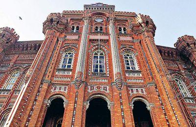 Το επιβλητικό κτίριο της Μεγάλης του Γένους Σχολής, στη δυτική ακτή του Κεράτιου Κόλπου, εγκαινιάστηκε το 1882 και είναι έργο του αρχιτέκτονα Κωνσταντίνου Δημάδη