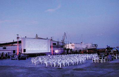 Στο παλιό Ναυπηγείο Ταρσανάς στήνεται μία από τις οθόνες του φεστιβάλ. Φέτος εκεί θα πραγματοποιηθούν και οπτικοακουστικές περφόρμανς