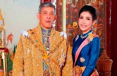 Η 35χρονη Σινινάτ «Κόι» Βονγκνατζιραπάκντι, πρώην νοσηλεύτρια και πιλότος, υποβιβάστηκε και φυλακίστηκε τον Οκτώβριο επειδή παραβίασε τη βούληση του 68χρονου βασιλιά