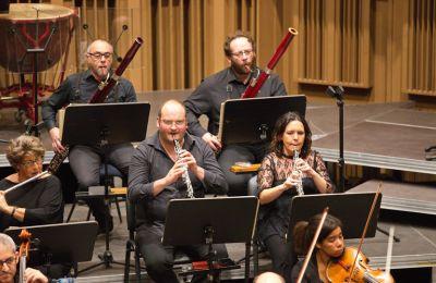 Η ευχάριστη ατμόσφαιρα εμπλουτίζεται περαιτέρω από τη Σερενάτα για πνευστά και τη Σουίτα για πνευστά του Richard Strauss, δύο έργα που θεωρούνται από τα καλύτερα που γράφτηκαν ποτέ για σύνολο πνευστών